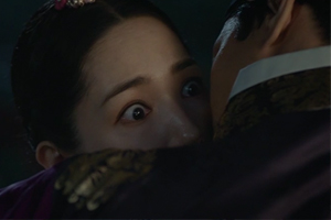 \'Seven\' Yung snatches a kiss from Chaegyeong, Yeok is shocked! [Queen for Seven Days]
