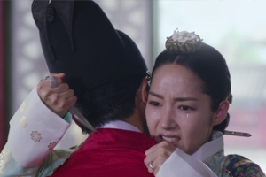 \'Seven\' Yeok begs Chaegyeong in tears to kill him. [Queen for Seven Days]