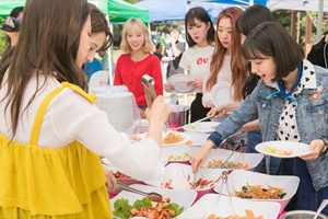 Cosmic Girls surprise Bona with a food truck! [Girls\' Generation 1979]