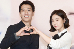 Kim Rae Won & Shin Sae Kyeong reunite after 14 years in \'Black Knight.\' [Black Knight]