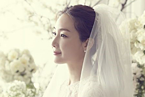 Choi Ji Woo reveals photos from her secret wedding