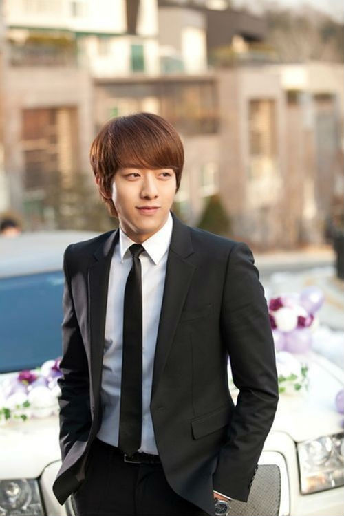 CNBLUE\'s Lee Jung Shin will enlist in the military on July 31.