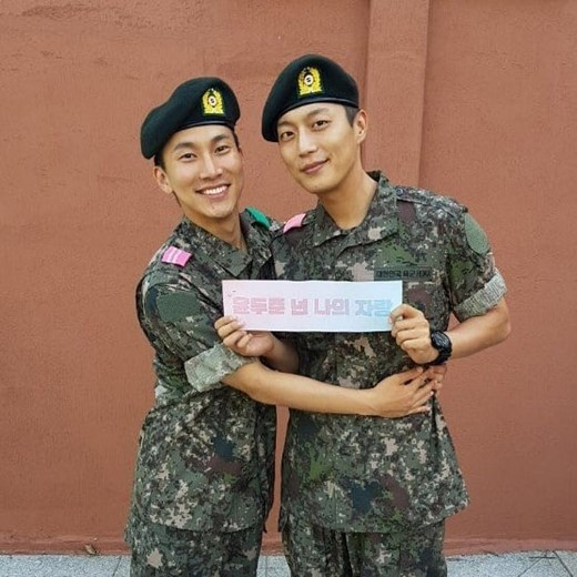 BTOB\\\\\\\'s Seo Eunkwang and HIGHLIGHT\\\\\\\'s Yoon Dujun were reunied at the military training center.