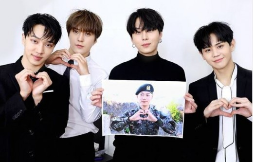 On October 15, HIGHLIGHT\'s Yong Junhyung, Yang Yoseop, Lee Gikwang and Son Dongwoon held a live broadcast to celebrate the group\'s 9th anniversary.