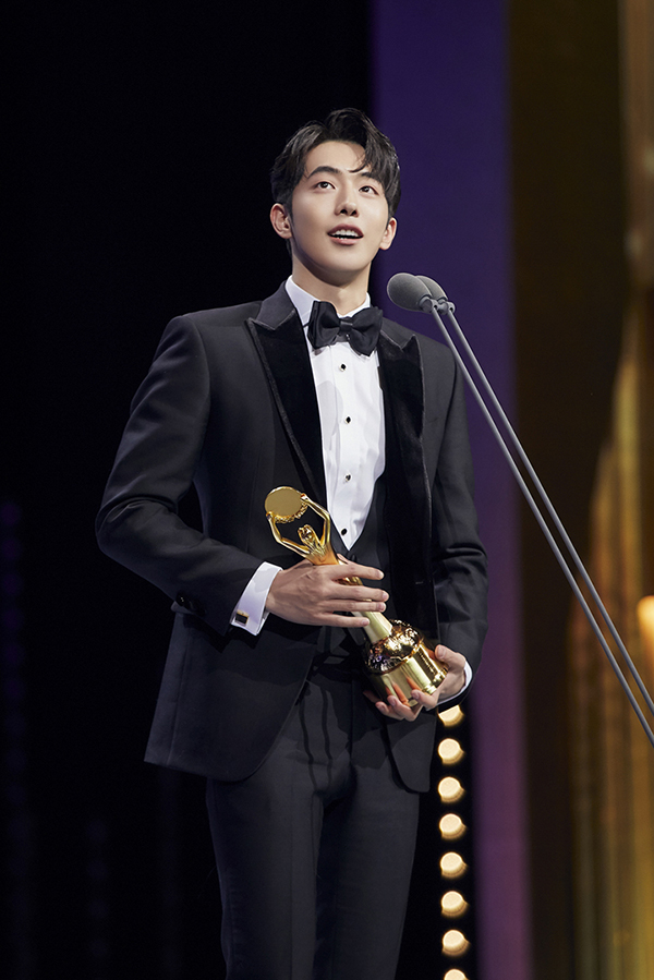 Actor Nam Joo Hyuk is sweeping the new actor awards with his work in \'THE GREAT BATTLE.\'