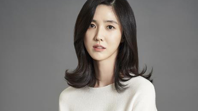 Lee Soo Kyung to star in \'Left-Handed Wife\'