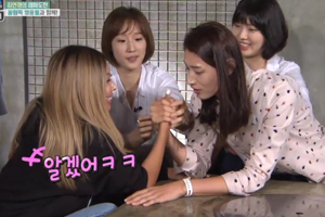 KIM YEONKYOUNG arm wrestles with JESSI! [Sister\'s Slam Dunk]