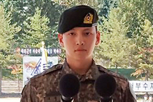 Ji Chang Wook receives \'comrade award\' in the recruit training center.