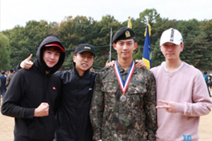 2PM members attend Taecyeon\'s military training completion ceremony!