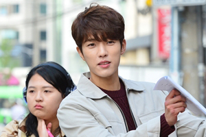 \'Love Returns\' behind-the-scenes shows Lee Sungyeol\'s passion for acting! [Love Returns]