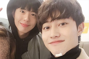 \'Love in the Moonlight\' bromance! Park Bogum goes to see Kwak Dong Yeon\'s play