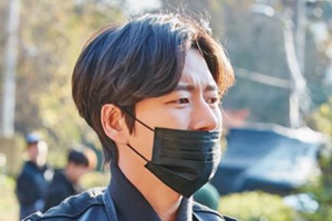 Park Hae Jin delivers coal briquettes & donates to help the underprivileged