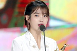 IU wins Grand Award at Golden Disc & mentions Jonghyun in her speech