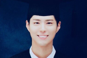 Park Bo Gum wears cap & black suit in graduation pictures!