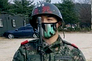 BIGBANG\'s Taeyang looks dashing in military training center