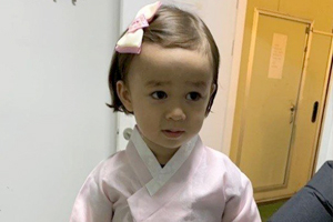 William dresses up in a girl\'s hanbok!