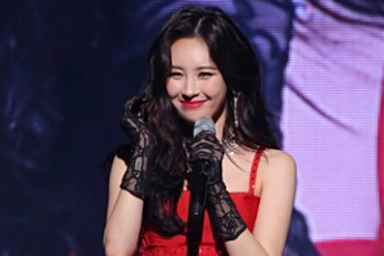 SUNMI makes a sharp retort to netizens criticizing her stage outfit